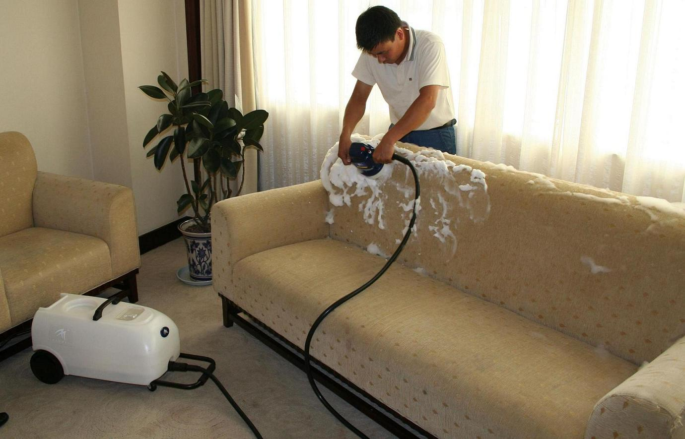 Как почистить диван в домашних условиях от грязи и запаха 16